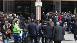 Tribunale di Napoli, caos code: avvocati sfondano ingresso. Due