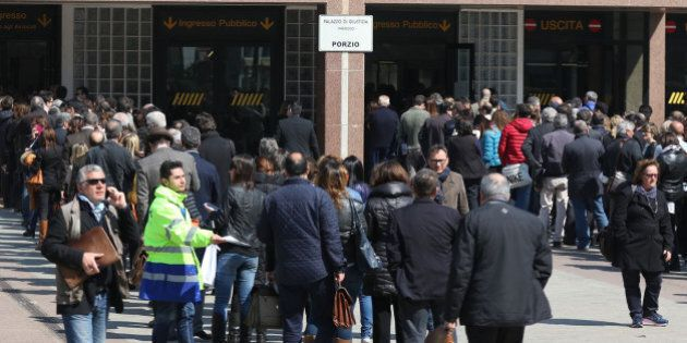 Tribunale Napoli, caos code: avvocati sfondano ingresso. Due feriti. Ora si entra senza metal