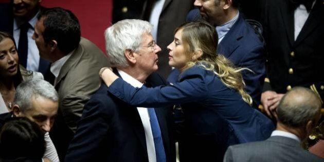 Riforma Senato, dopo l'approvazione del ddl Boschi baci e abbracci in Aula