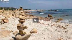 Le torri di pietra sulla spiaggia di Bérchida in