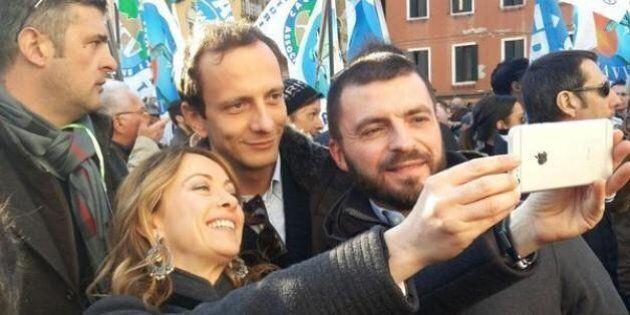 Gli ex grillini si alleano con Giorgia Meloni e la Lega? Il selfie di Walter Rizzetto alla manifestazione...