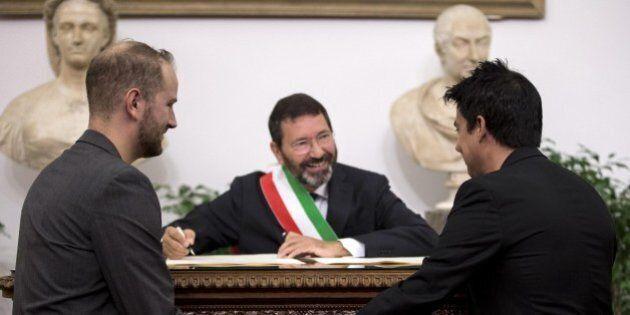 Nozze gay, il prefetto di Roma invia a Ignazio Marino un atto per l'annullamento delle trascrizioni....