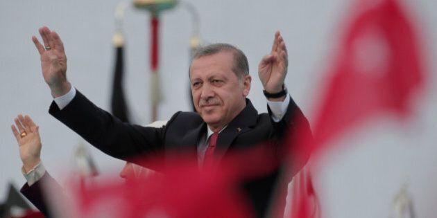 Turchia, chiesto l'ergastolo per il direttore di Cumhuriyet. Erdogan se la prende anche con NyTimes,...