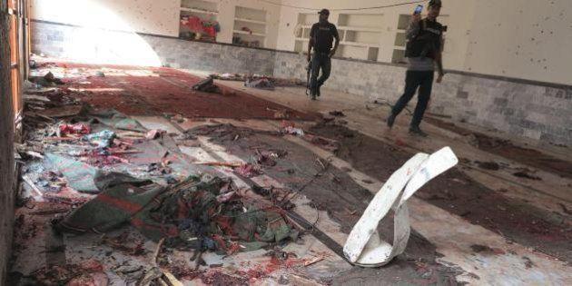 Pakistan, attacco a moschea sciita durante la preghiera: oltre 60 morti. La rivendicazione dei talebani...