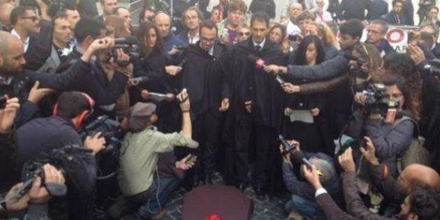 Sblocca Italia, Movimento 5 Stelle a Montecitorio celebra il funerale del Paese: