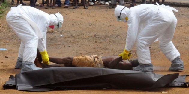Ebola, Sierra Leone. 77 euro al mese per seppellire i cadaveri. Ai giovani il compito più ingrato e pericoloso...