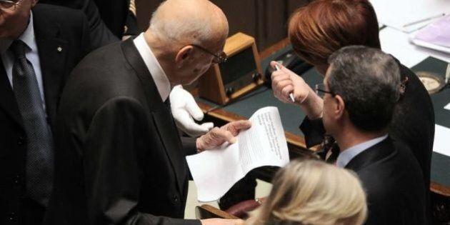 Giorgio Napolitano legge su L' Huffington Post un articolo sul suo mandato e sulle conseguenze delle...