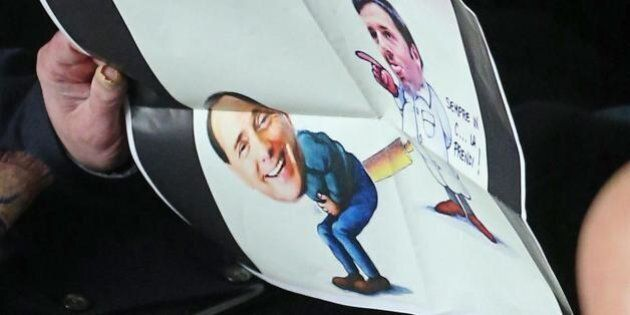 Roberto Calderoli mostra vignetta di Matteo Renzi, Silvio Berlusconi e .... un mattarello