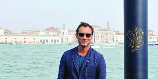 Jude Law a Venezia veste Oliver Spencer.