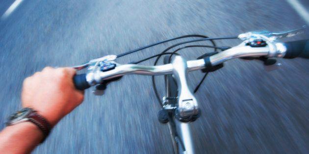 Imperia, a 14 anni fa 130km in bici per raggiungere la fidanzatina che vive a Milano. Ma la polizia lo...