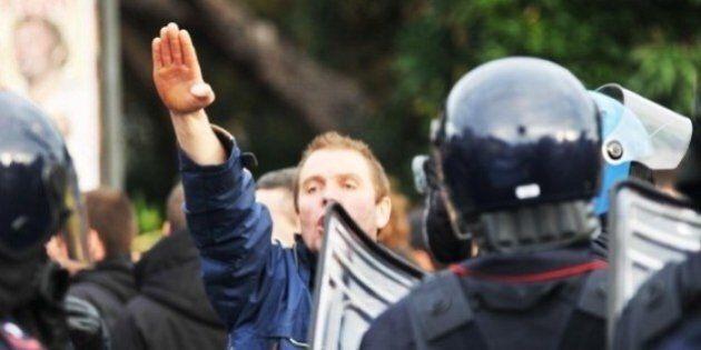 Il saluto fascista allo stadio non è reato. Il tribunale di Livorno assolve 4 tifosi del Verona:
