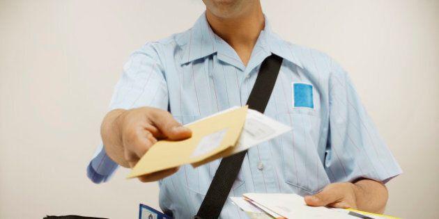 Rivoluzione alle Poste: francobolli più cari, torna la posta ordinaria e il postino consegnerà a giorni...