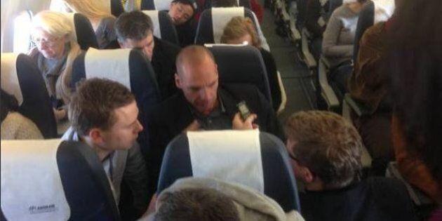 Yanis Varoufakis in aereo in classe economica per incontrare il ministro delle finanze francese Michele