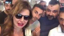 Cori e applausi per la Parietti sul volo Ciampino-Ibiza
