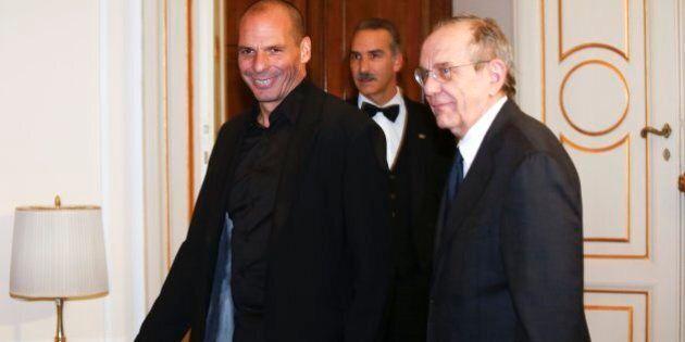 Grecia, Yanis Varoufakis vede Pier Carlo Padoan e chiede tempo fino a giugno. Vola la borsa di Atene: