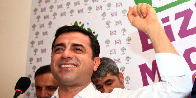 Selahattin Demirtas, un altro 40enne in camicia bianca conquista la scena. Ue e Turchia più vicine grazie...