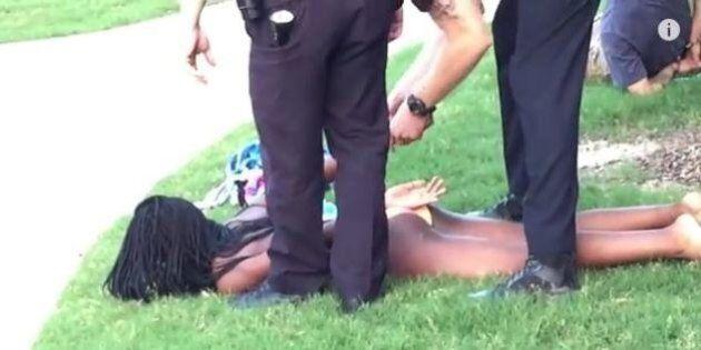 Texas, blitz della polizia a un party afro in piscina. Agente estrae la pistola e strattona adolescenti:...