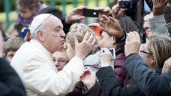 Papa Francesco abbraccia i rom: