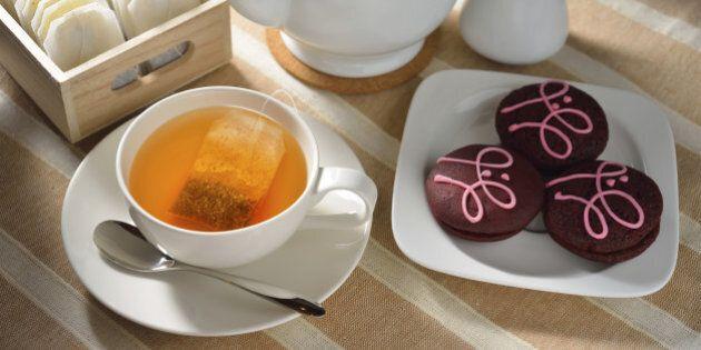Il tè offre benefici alla salute. Rilassa o rende attivi, fortifica le ossa: ecco 9 ragioni per cui dovresti...
