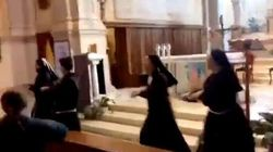 Le suore ballano e i fedeli si lasciano trascinare