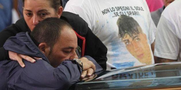Davide Bifolco funerali, iniziate le esequie nel Rione Traiano. Lieve malore per la madre (DIRETTA
