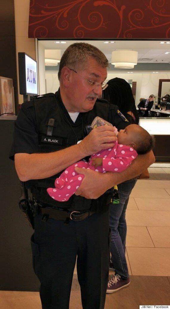 Poliziotto aiuta madre in difficoltà e allatta la sua bambina: la foto diventa virale