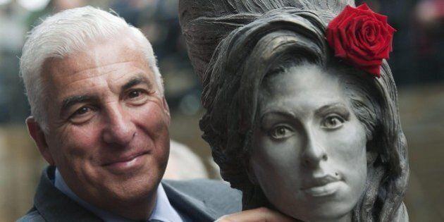 Amy Winehouse, inaugurata statua a grandezza naturale a Camden Town a Londra. Il padre: