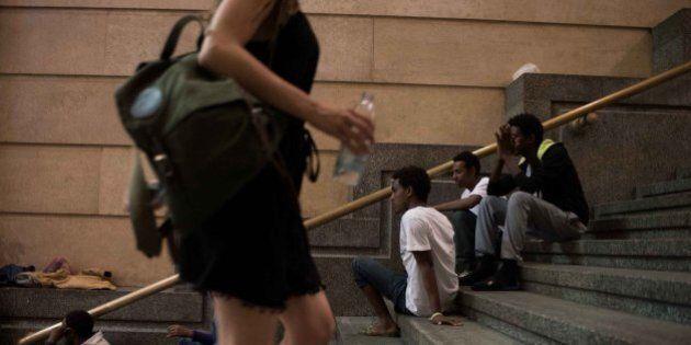 Migranti, in centinaia accampati a Stazione Centrale e Tiburtina. Campi profughi nel cuore di Roma e...