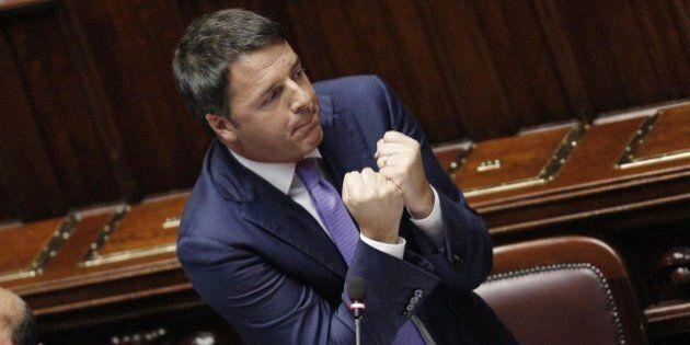 Matteo Renzi indossa l'elmetto: niente mani in tasca, alla Camera voce rotta e via alla battaglia dei