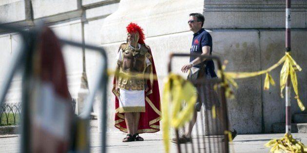 Riccardo Muti lascia il Teatro dell'Opera di Roma. In periferia un autobus è preso d'assalto da 40 persone:...