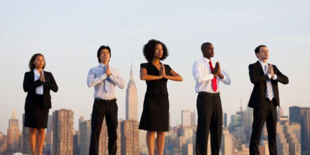 La ricerca della felicità è un business da 10 miliardi di euro. Si moltiplicano scuole di yoga e festival...