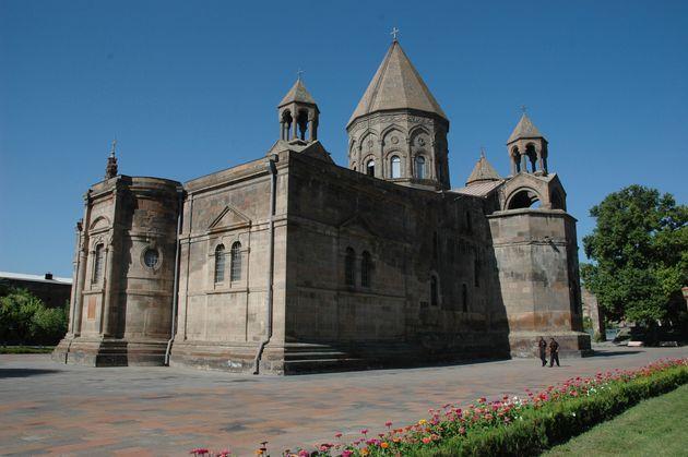 Nessuno ha parlato della distruzione del memoriale di Deir ez-Zor, in Siria: la rimozione del genocidio...