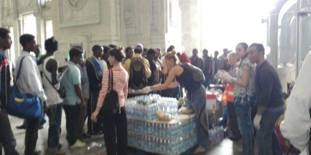 In Stazione Centrale con i profughi malati di scabbia. I medici: