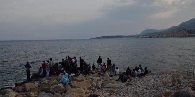 Ventimiglia, profughi dormono sugli scogli e poi ripuliscono la scogliera Alfano: