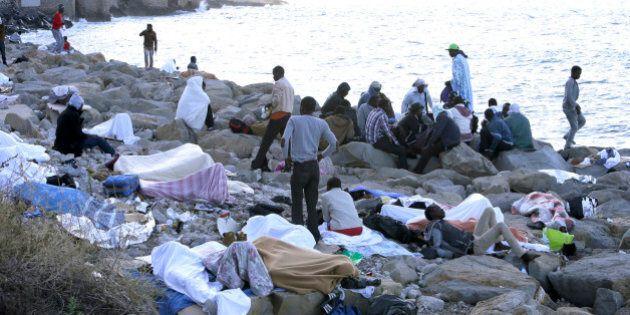 Ventimiglia, migranti gridano dagli scogli: