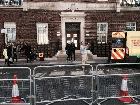 Quando partorirà Kate Middleton? Tutti accampati all'ospedale St. Mary's che per l'occasione fa lo sconto...