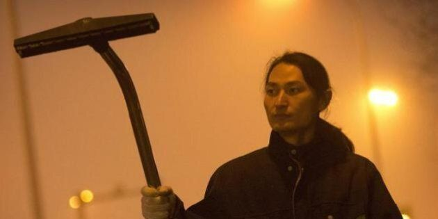 A Pechino spunta il cacciatore di smog: raccoglie l'aria inquinata con un'aspirapolvere e la trasforma...