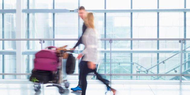 Istat, aumentano gli italiani che fuggono all'estero: centomila nel 2015. Poche nascite, picco di