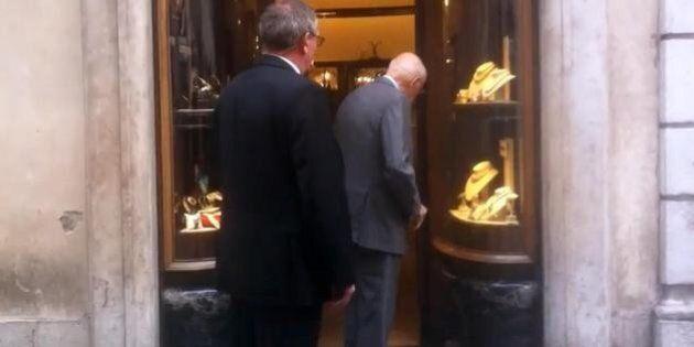 Giorgio Napolitano fa il regalo a sua moglie Clio che compie 80 anni e sceglie una gioielleria di via...