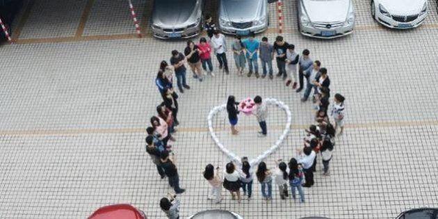 Cina, 99 iPhone a forma di cuore per la proposta di matrimonio alla ragazza che ama: lei però risponde...