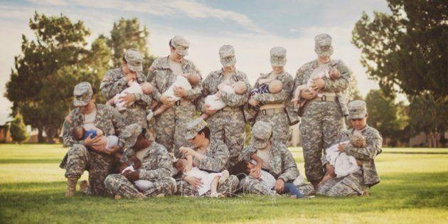 Tara Ruby, la fotografa americana ritrae 10 soldatesse mentre allattano i loro bambini. Ma Facebook censura