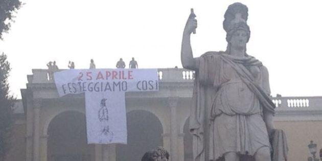 Liberazione, a Roma un gigantesco striscione con Mussolini a testa in giù. E la scritta: