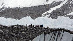 Dramma sull'Everest. Almeno 18 alpinisti morti. Sos di uno scalatore: