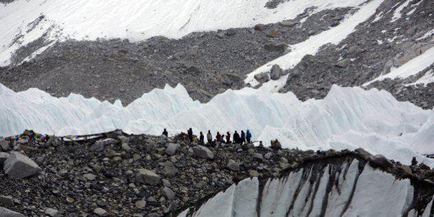 Everest, valanghe dopo il terremoto. Almeno 18 alpinisti morti. L'appello: