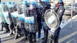 Renzi arriva all'Expo, contestatori lanciano vernice sulla