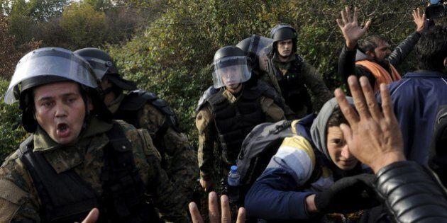 La polizia carica i migranti al confine tra Grecia e Macedonia. Bruxelles verso la sospensione di Schengen...
