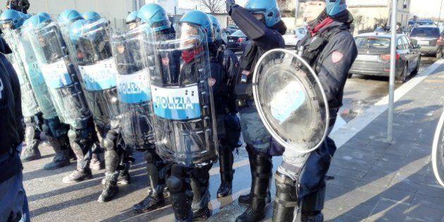 Expo 2015, lancio di vernice sulla polizia. Bloccata la contestazione a Renzi (FOTO,