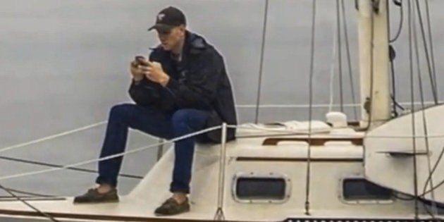 Un ragazzo assorbito dallo smartphone non si accorge che a pochi passi sta succedendo una cosa straordinaria