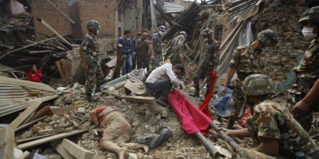 Terremoto Nepal, oltre 2.400 morti e migliaia di feriti. Dispersi quattro speleologi italiani