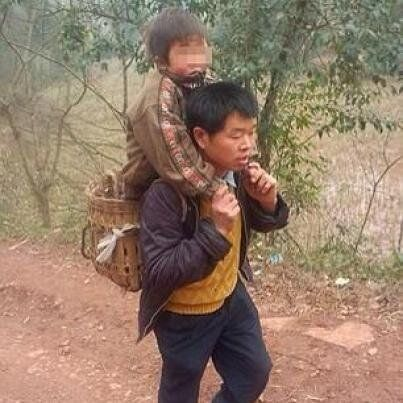 Cina: Ogni giorno, per tre anni, Xie ha portato l'amico disabile a scuola sulle spalle. Perché l'amicizia...